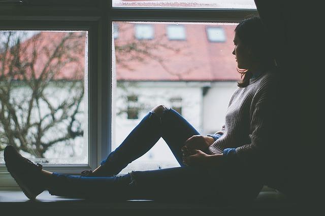 sezení u okna