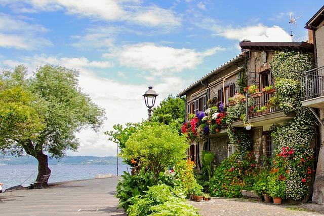 Balkón u jezera v Itálii.jpg
