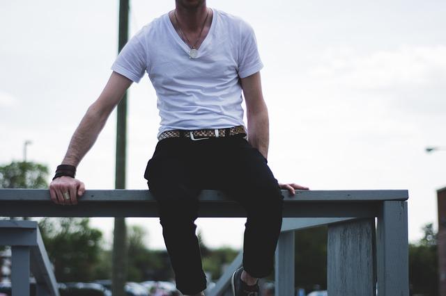 muž v bílém tričku