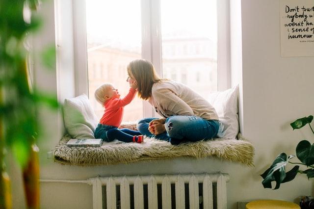 matka s dítětem doma.jpg
