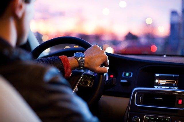 muž za volantem.jpg